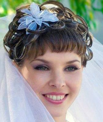 прическа свадебная с цветком