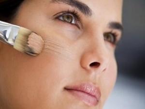 нанесение тонального крема на кожу