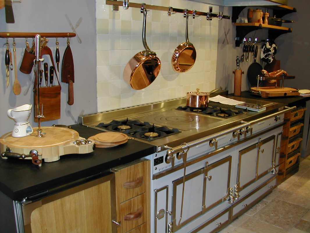 Мраморная поверхность и кухонная утварь наглядно демонстрируют идею в стиле ретро