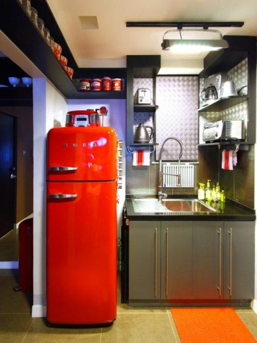 """Ярким акцентом на кухне в ретро стиле может послужить """"пузатый"""" холодильник"""
