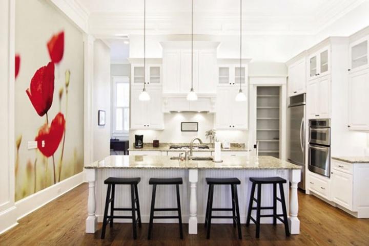 Украшение большой кухни с помощью фотообоев на свободной стене