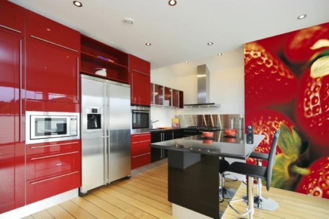 Кухня с красной мебелью и соответствующими фотообоям