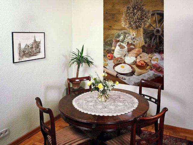Небольшой формат фотообоев в декорировании маленькой кухни