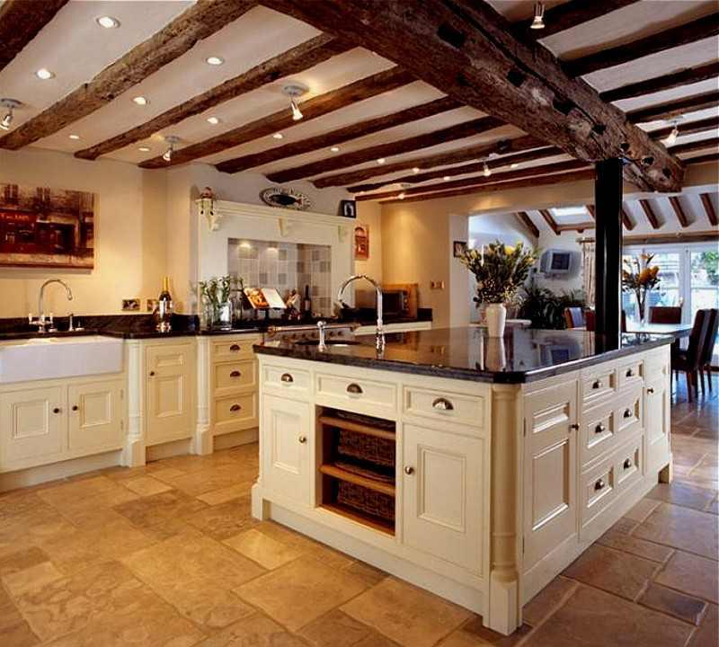 Украсить большую кухню можно с помощью деревянных балок и дополнительного освещения