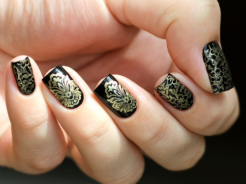 Дизайн ногтей с золотым стемпингом