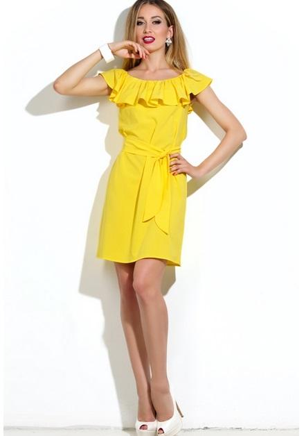 Желтое платье на одно плечо с рюшами