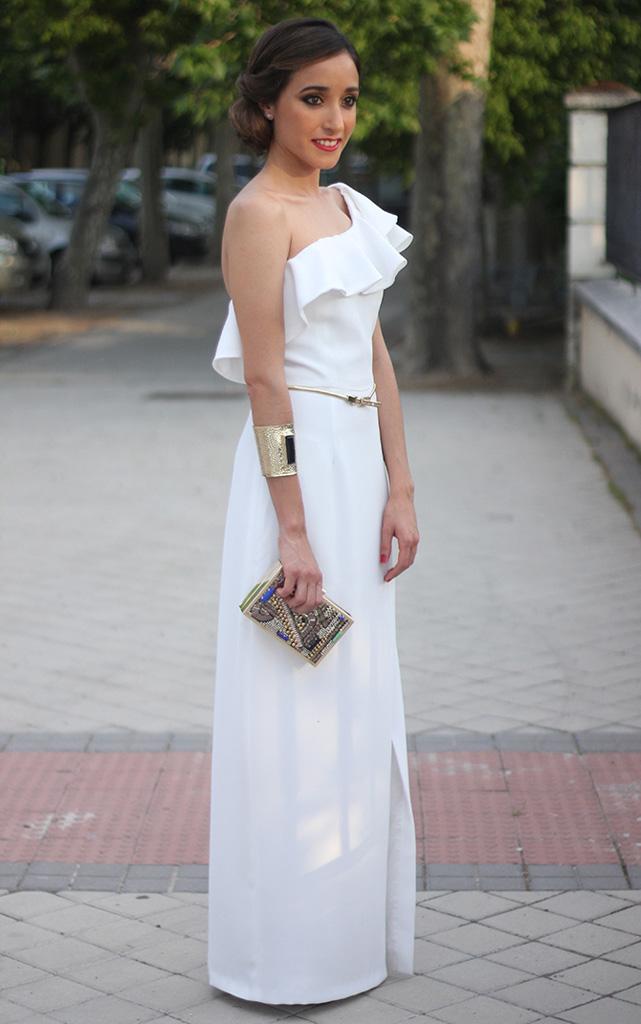 Платья длинные с воланом на плечах