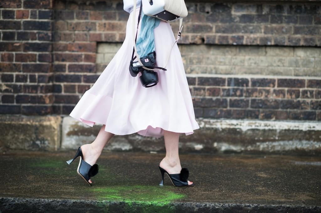 642c1d5d5e40 Женская обувь мюли завоевала любовь у современных модниц. Модели популярны  уже на протяжении нескольких десятилетий. Внешний вид летней обуви  напоминает ...