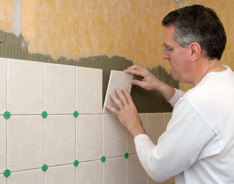 Плитку в ванной комнате своими руками на стену