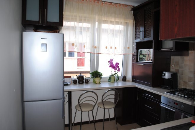 Фото кухни вдоль окна