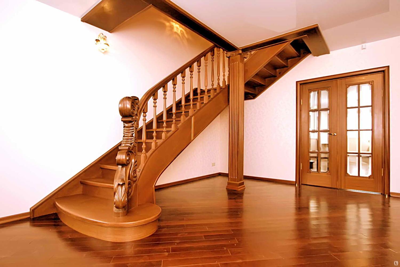 Дизайн деревянной лестницы на второй этаж