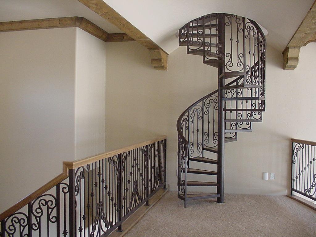Лестница в доме на второй этаж фото с ковкой