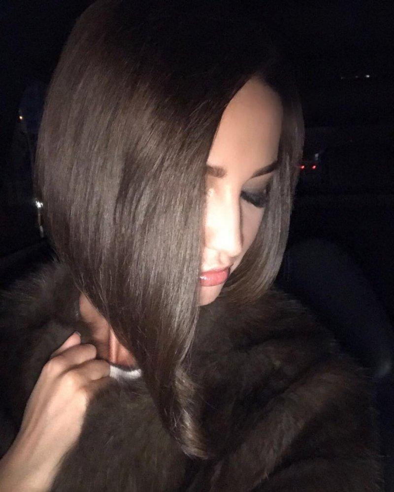 скачать фото девушки со спины шатенка волосы средней длины