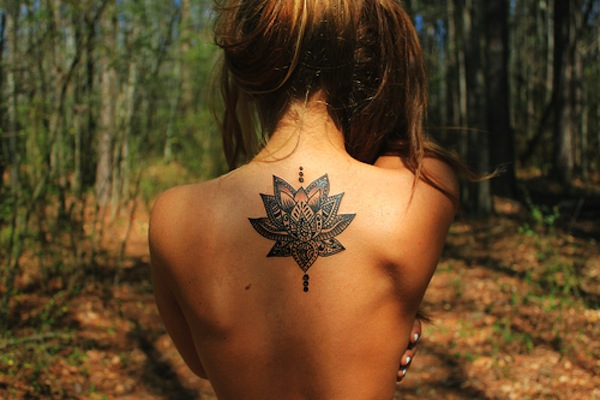 фото девушек со спини с татуеровками