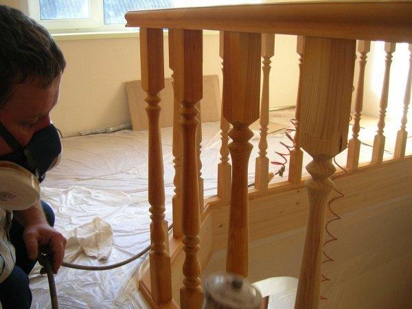 чем покрасить деревянную лестницу в доме на второй этаж